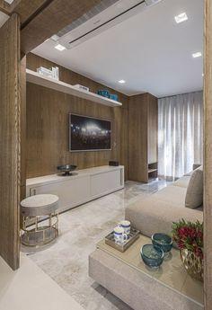 Sala, sala de tv, decoração, pufe, painel de madeira, divisória de madeira, rack, mesa de canto, sofá, cortina, iluminação, tapete, armário