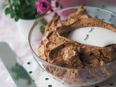 Silkinpehmeä Suklaakreemi (täyte ja kuorrutus) on täydellistä kreemiä kakkujen täytteeksi tai kuorrutukseen. Silkinpehmeä koostumus on täydellinen!