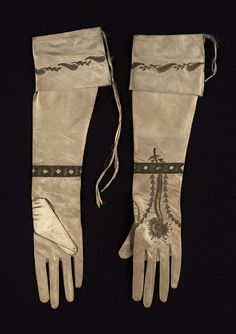 Early 19th century, Europe - Pair of women's gloves - Silk satin embroidered with gold metallic yarns and spangles