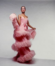 """VALENTINO """"Pat Cleveland twists in tiers of pink and feathers from Haute Couture Spring/Summer 70s Fashion, Pink Fashion, Fashion History, Fashion Models, Vintage Fashion, Fashion Tips, Fashion Today, Fashion Weeks, London Fashion"""