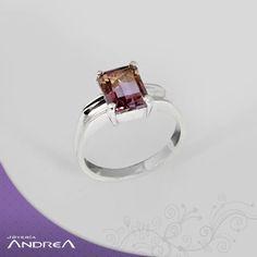 La Bolivianita se roba el protagonismo en éste anillo, corte único suspendido en plata 950.