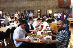İhlas Koleji yaz okulu öğrencileri kahvaltı yaparken