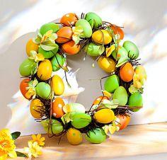 Barevný věnec s vejci, květy a větvičkami použijete třeba na velikonoční stůl nebo jako dekoraci okna. Cena 355 Kč; Magnet 3 Pagen