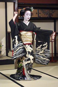maiko dancing in crane kimono Japanese Geisha, Japanese Beauty, Japanese Kimono, Asian Beauty, Geisha Art, Geisha Book, Japanese Costume, Japanese Outfits, Kyoto Japan
