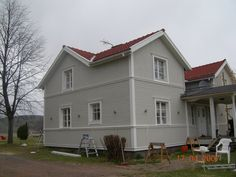 Stående och liggande panel House In The Woods, Home Fashion, Exterior Design, Outdoor Structures, House Styles, Building, Outdoor Decor, Panel, Gardening