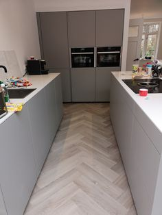 Concrete Kitchen Floor, Kitchen Flooring, Decor Interior Design, Interior Design Living Room, Contemporary Kitchen Interior, Handleless Kitchen, Happy New Home, Herringbone Wood Floor, Cuisines Design