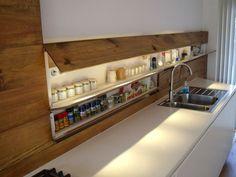 интересное решение кухни без навесных шкафов