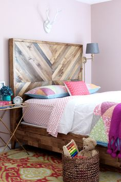 Making a wooden headboard is simple and it's chic! To decorate and warm your bedroom, the headboard Chevron Headboard, Chevron Bedding, Wood Headboard, Headboard Ideas, Bedroom Ideas, Diy Rustic Headboard, Bedroom Boys, White Bedroom, Master Bedroom