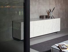 Segno è una collezione di madie decisamente espressiva, dal design rigoroso, connotata da un segno grafico netto e distintivo per leggerezza ed eleganza.