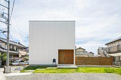 白と木のテクスチャが調和した家・間取り(愛知県) | 注文住宅なら建築設計事務所 フリーダムアーキテクツデザイン Minimal Architecture, Japanese Architecture, Architecture Design, Exterior Wall Design, Facade Design, House Design, Japan Modern House, Muji Home, Small Bungalow