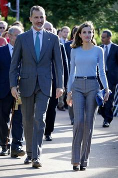King Felipe and Queen Letizia matched their looks in Exemplary town Poreñu Casual Work Outfits, Work Attire, Office Outfits, Classy Outfits, Office Fashion, Work Fashion, Fashion Outfits, Street Fashion, Royal Fashion
