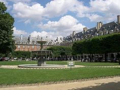 #PlaceDesVosges, la plaza más antigua de #París es una de las plazas más bellas del mundo. http://www.guias.travel/blog/place-des-vosges-un-lugar-con-mucho-encanto-de-paris/ #turismo #viajar #Francia