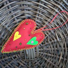 Colgante corazón @chicoca_deco #corazon #fieltro #rojo #bordado Red Hearts, Christmas Ornaments, Stars, Holiday Decor, Flower, Red Felt, Pendants, Needlepoint, Christmas Jewelry