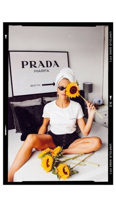 Sunflower photo with head towel - bedroom inspo Ideas For Instagram Photos, Instagram Frame, Instagram Story, Polaroid Picture Frame, Polaroid Frame Png, High Street Fashion, Editing Pictures, Photo Editing, Foto Frame