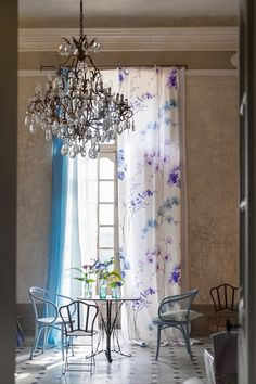 For its Spring 2016 Couture Rose collection, Designers Guild has brought the outside in, inspired by the haute couture fashion of Paris when bold, botanic Decor Inspiration, Interior Design Inspiration, Home Interior Design, Interior Decorating, Interior And Exterior, Decorating Ideas, Deco Studio, Leather Sectional Sofas, Deco Addict
