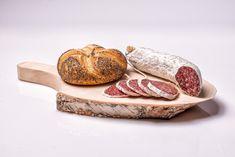 Servírujte stylově, překvapte své přátele. Nabízíme originální servírovací prkénko s praktickou rukojetí z březového dřeva, jehož krásná kůra mu dodává nevšední a rustikální vzhled. Můžete na něm nabízet tatarák, uzené  koleno, steak či nakrájenou klobásu, sýr a zeleninu. Naše servírovací prkénko se ve vaší kuchyni bude vyjímat i jako zajímavá dekorace.