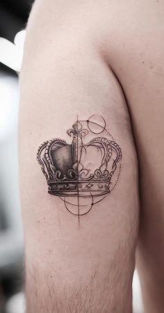 80 Fotos de tatuagens masculinas no braço | TopTatuagens Rose Tattoos Tumblr, Ems Tattoos, Couple Tattoos, Black Tattoos, Tattoos For Guys, Compass Tattoo, Arm Tattoo, Skin Drawing, Queen Tattoo