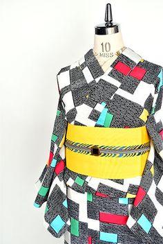 白の地にピエト・モンドリアンのコンポジションを思わせる幾何学模様がデザインされた注染レトロ浴衣です。
