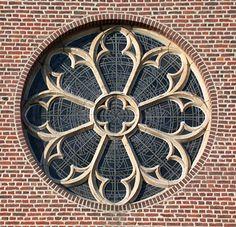 Tekst en beeld van Dit is een roosvenster in Sint Pieterskerk Rosmeer. Ik vind het sierlijk en mooi gemaakt.