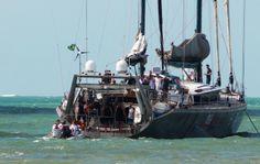 Mas depois mudou de ideia e decidiu levar botes para buscar os jogadores (Foto: Victor Canedo)