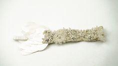 L'AQUILA: Bandana de pedrería bordada a mano con hilo de plata sobre tul. Con detalles de perlas, chaquira checa y organza. Con una banda elástica de seda y pétalos de raso italiano.