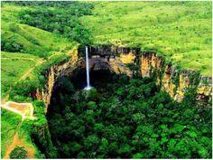 Chapada dos Guimarães, em Mato Grosso, a Cachoeira Véu da Noiva tem 86 metros de altura e é formada pela queda do rio Coxipó