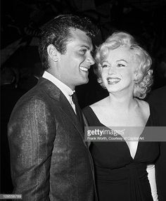 """Actors Tony Curtis and Marilyn Monroe attend the premiere of the movie """"Some Like It Hot"""" which was released on March 1959 in Los Angeles, California. Get premium, high resolution news photos at Getty Images Old Hollywood, Golden Age Of Hollywood, Hollywood Stars, Classic Hollywood, Hollywood Actor, Hollywood Glamour, Hollywood Actresses, Tony Curtis, Marilyn Monroe Fotos"""