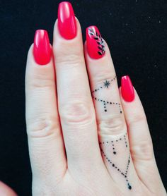 15 Tiny Tattoo Ideas That Are Beyond Dainty - Check out these 15 tiny finger tattoos for dainty + delicate ideas. Hand And Finger Tattoos, Finger Tattoo For Women, Hand Tattoos For Women, Finger Tats, Tattoo Finger, Henna Tattoo Designs Simple, Finger Tattoo Designs, Mehndi Designs For Fingers, Tattoo Designs For Women