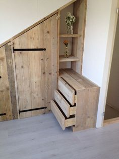 Schuine wandkast | Kastenwand opmaat | steigerhuys Loft Storage, Barn Storage, Bedroom Loft, Baby Bedroom, Master Bedroom, Bed Nook, Reclaimed Doors, Built In Wardrobe, Attic Closet