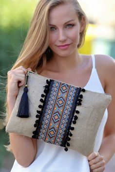 Discover thousands of images about Kadın Etnik Şeritli Siyah Ponponlu Clutch Diy Clutch, Clutch Bag, Yeezy Outfit, Ethnic Bag, Embroidery Bags, Boho Bags, Jute Bags, Patchwork Bags, Denim Bag