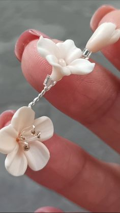 DIY Video Tutorial how to fix polymer clay flowers and make stamens, Instructions for beginners, Diy Abschnitt, Wire Jewelry Making, Jewelry Making Tutorials, Diy Jewelry, Beaded Jewelry, Clay Tutorials, Jewellery, Polymer Clay Flowers, Polymer Clay Crafts, Polymer Clay Jewelry