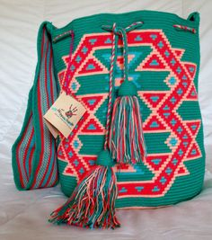Wayuu tribe mochila bags handmade WULIANA: by wayuuhandscolombia Tapestry Bag, Tapestry Crochet, Bohemian Bag, Loom Weaving, Crochet Fashion, Purses And Bags, Vibrant Colors, Knitting, Craft