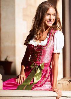 Ausgefallenes Designer Dirndl in Pink - ein leuchtendes Dirndl-Märchen von Krüger Feelings. Bestelle & erlebe!