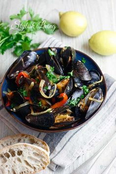 Mussels in hot tomato and garlic sauce- Miesmuscheln in scharfer Tomaten-Knoblauch-Sauce Nadine Beckmann Shellfish Recipes, Seafood Recipes, Vegetarian Recipes, Dinner Recipes, Spicy Tomato Sauce, Garlic Sauce, Lobster Restaurant, How To Cook Fish, Seafood Dishes