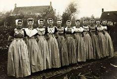 Groep vriendinnen tijdens de viering van de vijftiende verjaardag van één van hen, Koudekerke (Walcheren) 1922 (W. van der Heijden) #Zeeland #Walcheren