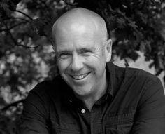 """Richard Flanagan estreou como romancista em 1994, com """"Death of a River Guide"""". Nascido na Tasmânia, o escritor publicou também """"O livro de peixes de Gould"""" (a ser lançado pela Biblioteca Azul/Globo) e """"A terrorista desconhecida"""" (Companhia das Letras) – romance policial norteado pela paranoica realidade do mundo após o atentado de Onze de Setembro. Colaborou no roteiro do filme """"Austrália"""", estrelado por Nicole Kidman e Hugh Jackman. """"O caminho estreito para os confins do norte"""", com…"""