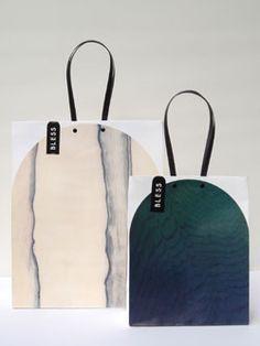 店内の神代杉と黒柿柄の壁紙に合わせたショッピングバッグ。お店の一部を持ち帰るというコンセプト。