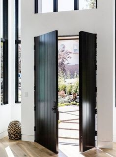 This clean lined, modern beach house is a re-invention of beach style design, carried out by DISC Interiors, situated in Manhattan Beach, California. Black Front Doors, Front Doors With Windows, Big Doors, Sliding Doors, Beach Cottage Style, Beach House Decor, Beach Houses, Style At Home, Porta Colonial