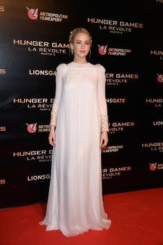 Jennifer Lawrence Muy etérea en París con este vestido blanco con detalles joya en la manga de Dior Alta Costura y recogido con trenza.