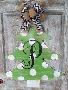 Metal Christmas Tree, Christmas Wood Crafts, Christmas Tree Painting, Christmas Signs, Christmas Door Hangers, Fall Wooden Door Hangers, Christmas Crafts To Make And Sell, Christmas Plaques, Pallet Christmas
