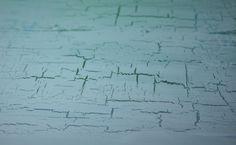 Künstleracryl schwarz und weiß zu dem gewünschten Anthraton mischen. Sehr satt auf Leinwand auftragen. Trocknen lassen. Krakeliermedium auftragen. Trocknen lassen. Aus dem Künstleracryl einen helleren Grauton mischen und in einer Richtung, sehr zügig und satt, über Leinwand streichen. Selbstverständlich funktioniert diese Technik mit sämtlichen Farbkombinationen.