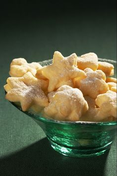 Ingredience: mouka pšeničná polohrubá 500 gramů, tuk ztužený (100%) 250 gramů, smetana na šlehání 2,5 decilitru, mouka pšeničná polohrubá (na vál), cukr moučkový (na obalení).