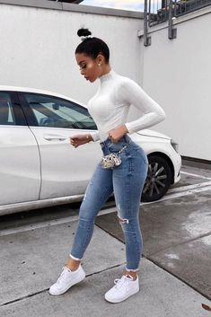 These skinny jeans and tshirt outfit make the perfect casual outfit inspiration! Outfit Jeans, Light Jeans Outfit, Cute Casual Outfits, Stylish Outfits, Simple Edgy Outfits, Skinny Jeans Casual, Winter Skinny Jeans Outfits, Vetement Fashion, Elegantes Outfit