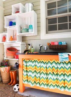 Seja mais criativa na hora de decorar a lavanderia. Ela pode ser divertida e charmosa, basta você enxergá-la com outros olhos! O céu é o limite na hora de pensar na composição: dá para investir em adesivos decorativos para as paredes, em papel contact para decorar a máquina de lavar, em cestinhas e acessórios coloridos…