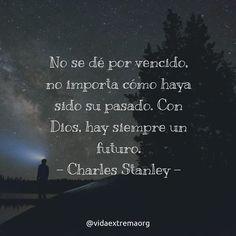 No se dé por vencido no importa cómo haya sido su pasado. Con Dios hay siempre un futuro. - Charles Stanley. #FrasesCristianas #DiosEsBueno #FrasesDeBendicion #Iglesia