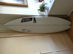 En venta tabla de surf Al Merrick black flag, modelo diseñado por Kelly Slater. Comprada hace 15 dias y con un solo baño. Precio en tienda 650 Eu. En venta por tan solo 450 Eu. Incluye quillas channel island y deck.