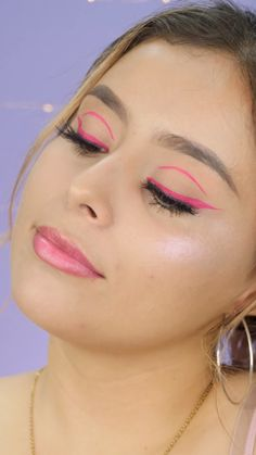 Delineado gráfico para agrandar tu mirada Give a different touch to your look with a floating eyeliner, you know, the one that extends on the eyelid. Makeup Trends, Makeup Inspo, Makeup Inspiration, 70s Makeup, Retro Makeup, Beauty Makeup, Makeup With Red Lipstick, Creative Makeup Looks, Simple Makeup