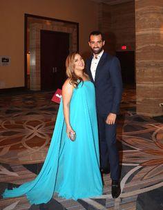 Adamari López lució divina con un traje asimétrico azul, del brazo de su amado Toni Costa.