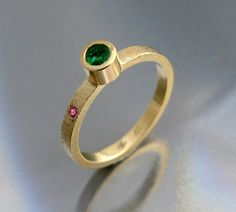 Złoty pierścionek BIZOE ze szmaragdem. Idealny na zaręczyny!