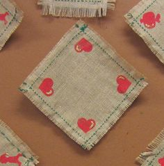 Joululiina säkkikankaasta. 1 lk:n työ, jossa on ompelua ja painantaa. Hapsut kiinnitettiin erikeeperillä.